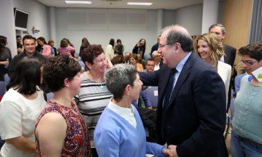 La Junta recuperará este año el 70% de las ayudas a dependientes por cuidados en el entorno familiar que recortó en 2012