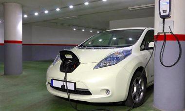 La Junta anuncia una exención fiscal del 15% para comprar coches eléctricos y ayudas a autónomos para furgonetas