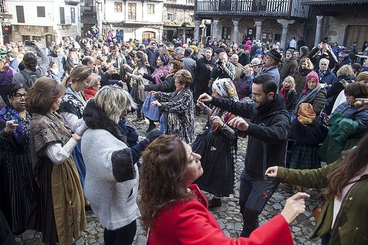 Bailes tradicionales y degustaciones en la fiesta d la rifa marrano de San Antón en La Alberca