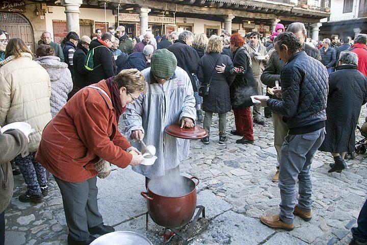 Degustaciones de los productos del cerdo en la fiesta de la rifa del marrano de San Antón