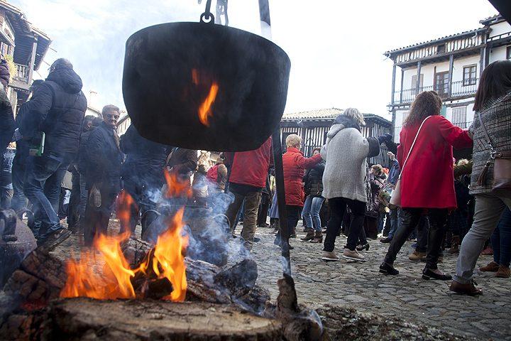 Celebración de la tradicional rifa del marrano de San Antón en La Alberca